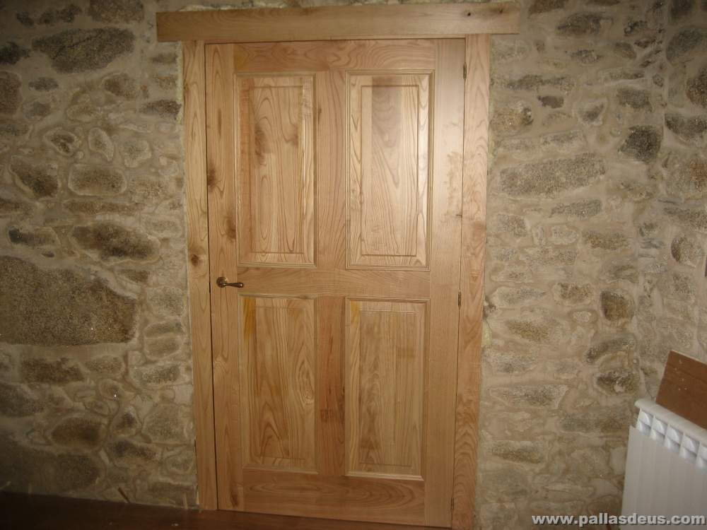 Ventanas de madera rusticas tipos de madera pino for Puerta madera rustica