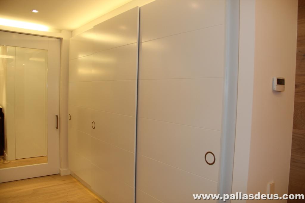 Decoraci n interior coru a puertas de armarios lacadas - Armarios empotrados para entradas ...