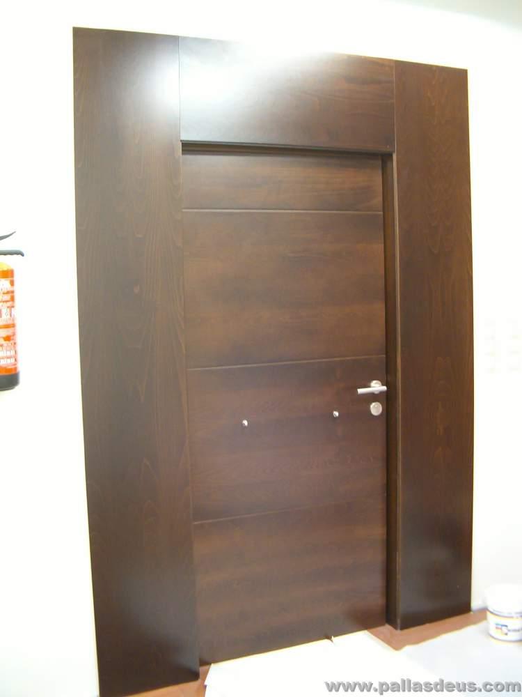 Mobiliario oficina coru a en madera wengu for Puertas para oficinas exteriores