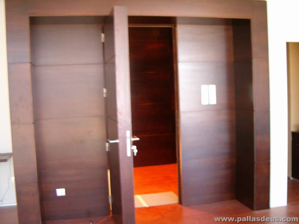 Mobiliario oficina coru a en madera wengu for Puertas para oficina