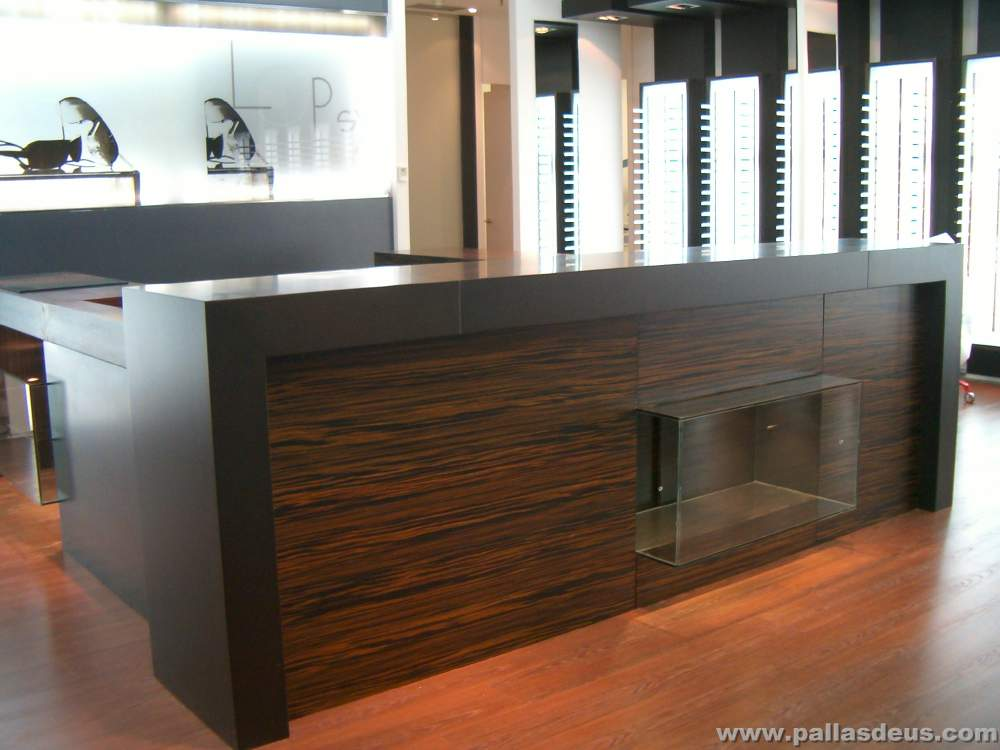 Mobiliario para locales comerciales a coru a for Modelos de techos para galerias