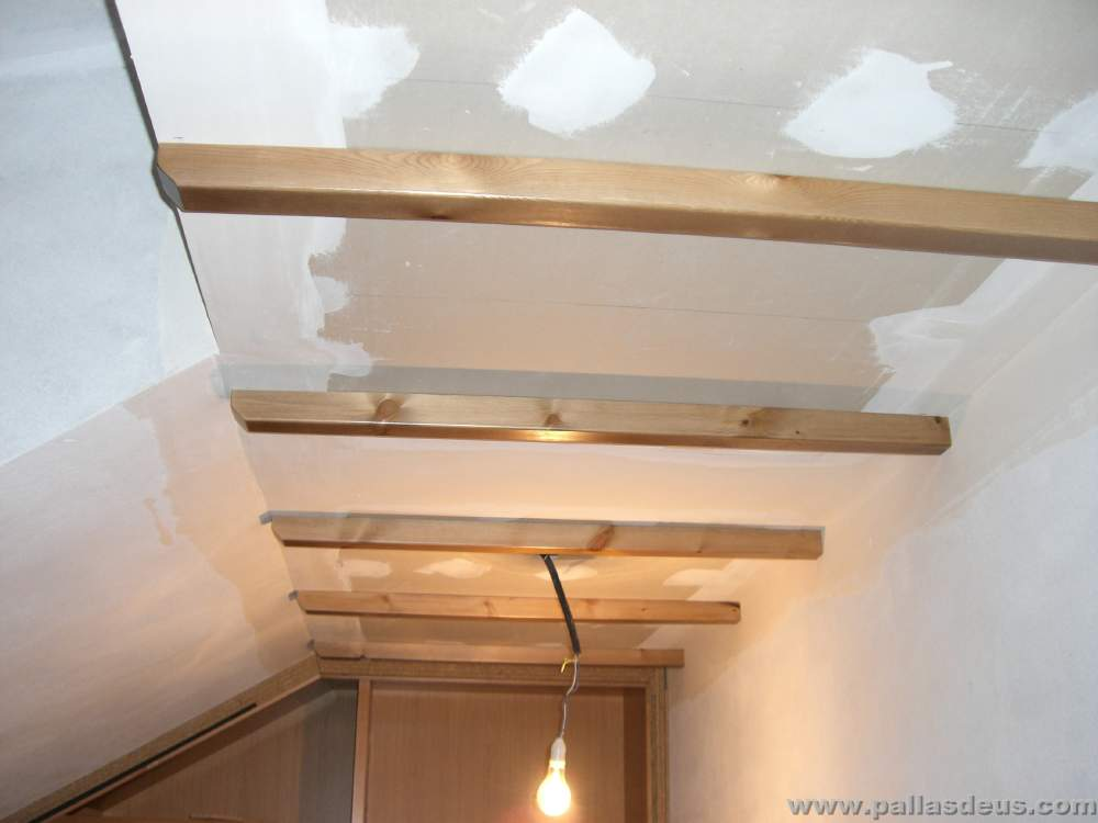 Fabricaci n y colocaci n de vigas r sticas de madera coru a - Techos con vigas de madera ...